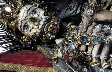 Csontvázak ékszerben