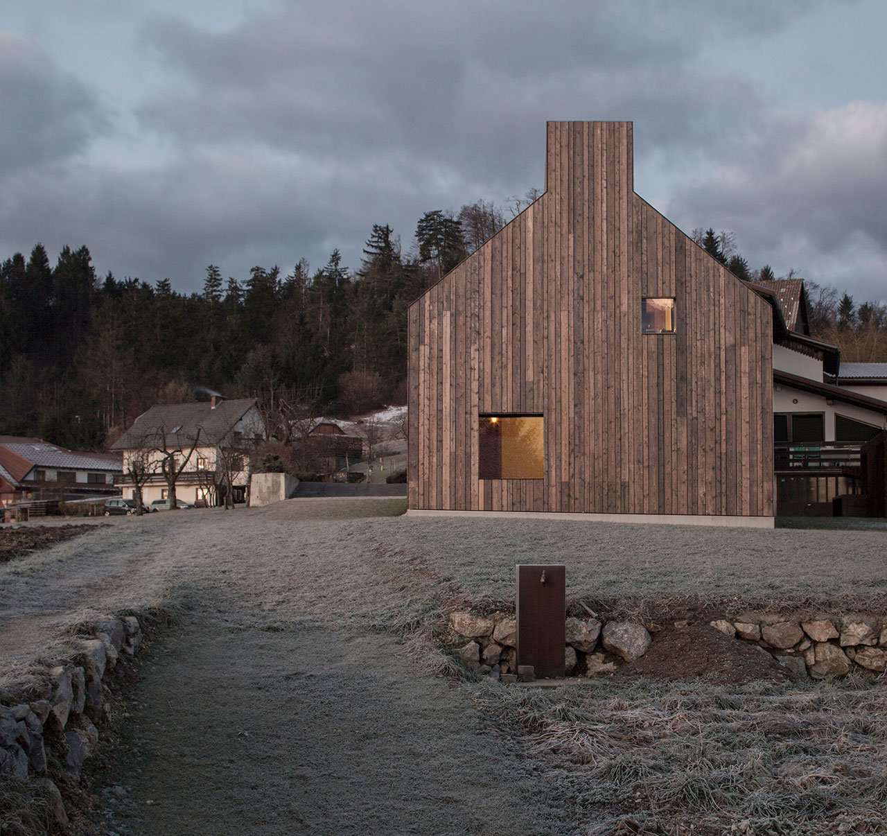 f1_chimney_house_logatec_slovenia_dekleva_gregoric_architects_yatzer